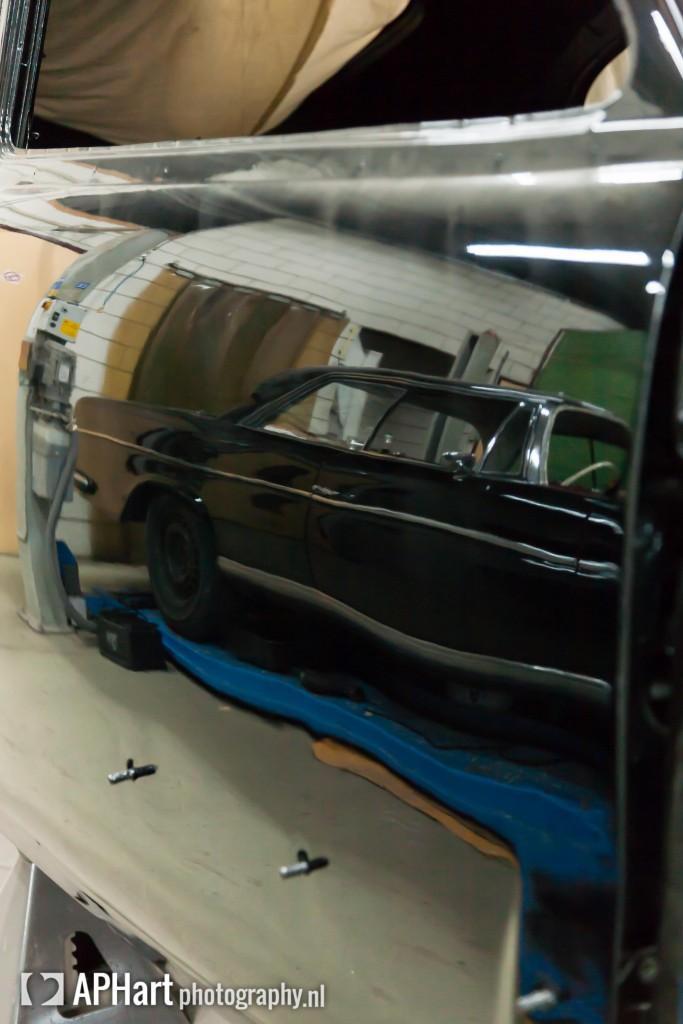 Mercedes weerspiegeld in de Cadillac