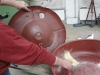 De nieuwe bak had geen verstevigingsrillen, dus die zijn er met een bolhamer in geklopt en worden glad gemaakt.