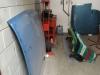 De motorkap (links), deuren met daarvoor de kofferbakdeksel (achterin) en de kap (op de grond, onder een deken).